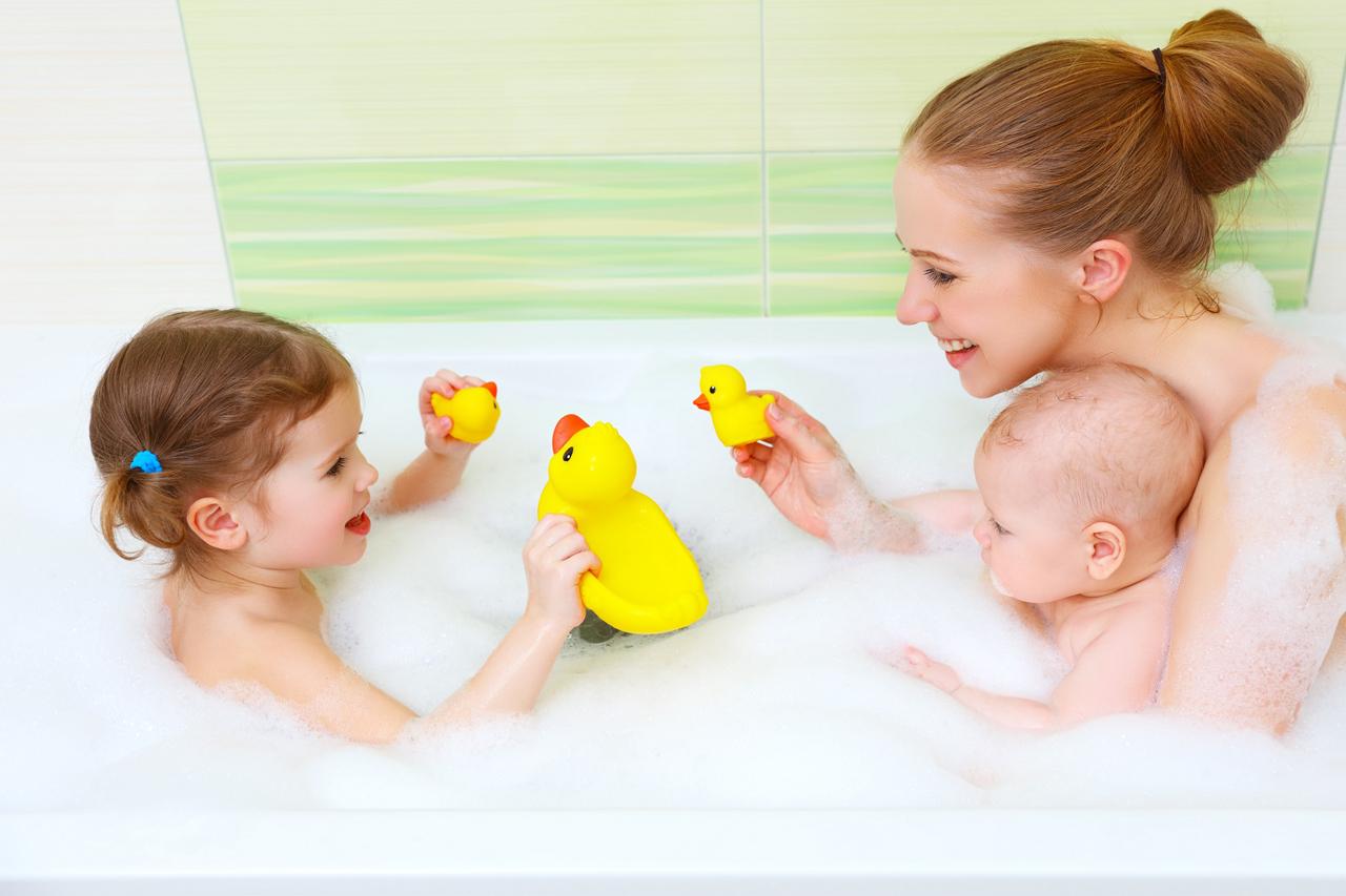Megrontom a gyereket azzal, ha együtt fürdök vele?